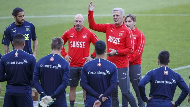 Vladimir Petkovic und seine Schweizer Spieler beim Abschlusstraining im Stade de Genève.