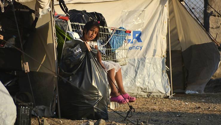 Ein Kind im temporären Flüchtlingslager in Kara Tepe: Auf der griechischen Insel Lesbos zogen Tausende Migranten aus dem abgebrannten Camp Moria in ein provisorisches Zeltlager.