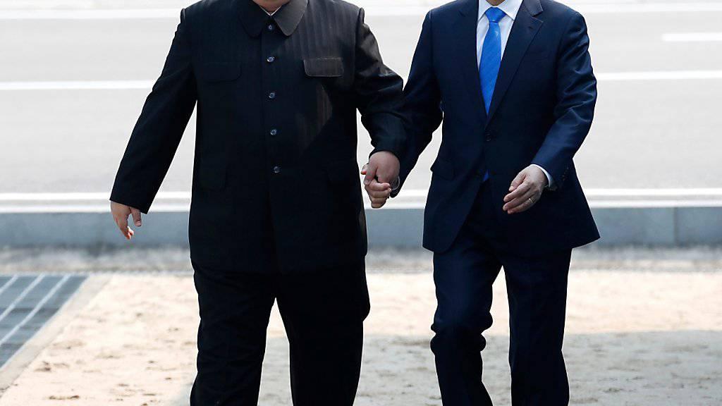 Der nordkoreanische Machthaber Kim Jong Un und der südkoreanische Präsident Moon Jae-in bei ihrem historischen Treffen im April 2018. Nun verhandeln beide Länder über baldige Familientreffen.  (Foto: Korea Summit Press Pool via AP, File)