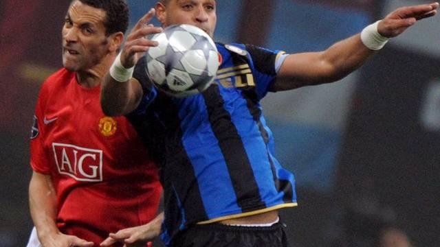 Inters Stürmer Adriano ist vor ManUniteds Verteidiger Rio Ferdinand am Ball