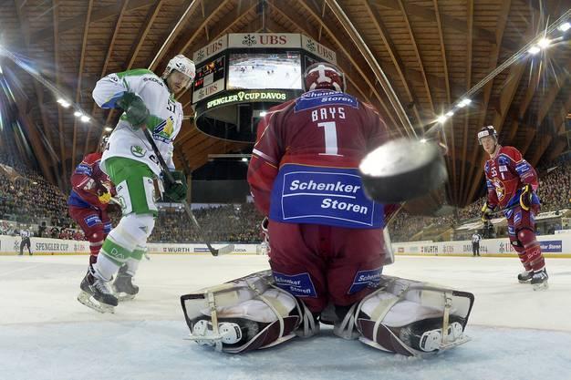 Im zweiten Drittel musste sich Genf-Goalie Christophe Bays zweimal bezwingen lassen.