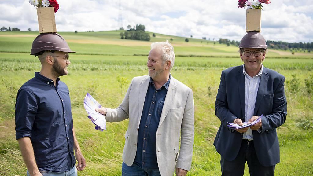 Die Künstler Wetz (rechts) und Silas Kreienbühl (links) verkaufen das Kunstwerk «Landessender Beromünster» dem Kunstsammler Paul Fuchs für 100'000 Franken.