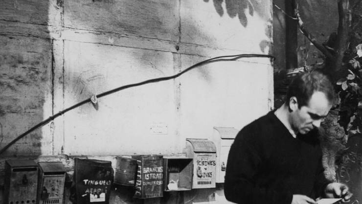 Der junge Künstler Jean Tinguely in der Ateliersiedlung in der Pariser Impasse Ronsin in den späten 1950er-Jahren.