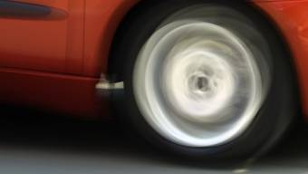Das Auto, das mit dem Lastwagen kollidierte, fuhr nach dem Unfall weiter. (Symbolbild)