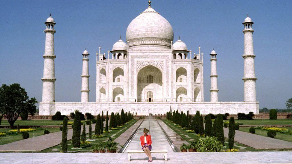 Das Bild ging um die Welt: Prinzessin Diana 1992, kurz vor Scheitern ihrer Ehe, ganz allein auf dem Paar-Bänklein vor dem Taj Mahal. Wenn ihr Sohn Prinz William demnächst das Denkmal besucht sind zwei Dinge anders: Er ist dank Kate nicht allein und der Taj Mahal ist mit Gerüsten verhüllt. (Archiv)