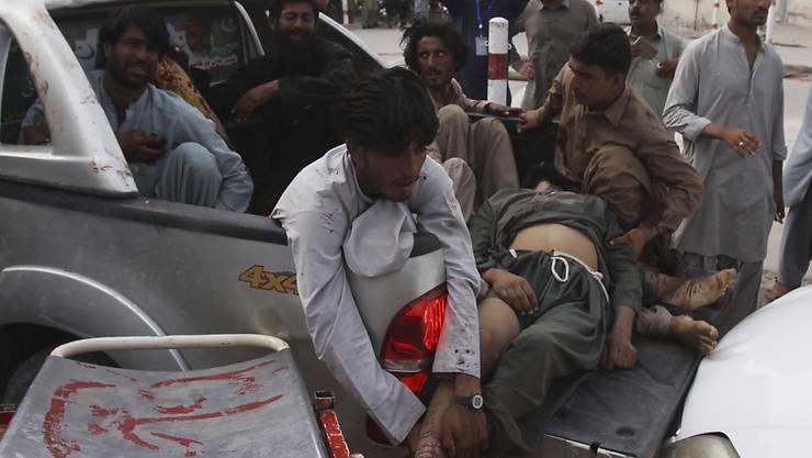 Nach einem Anschlag auf eine Wahlkampfveranstaltung in der pakistanischen Provinz Baluchistan werden Verletzte in ein Spital gebracht.