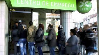 Arbeitslose stehen in Lissabon vor einem Arbeitsamt an. (Archiv)