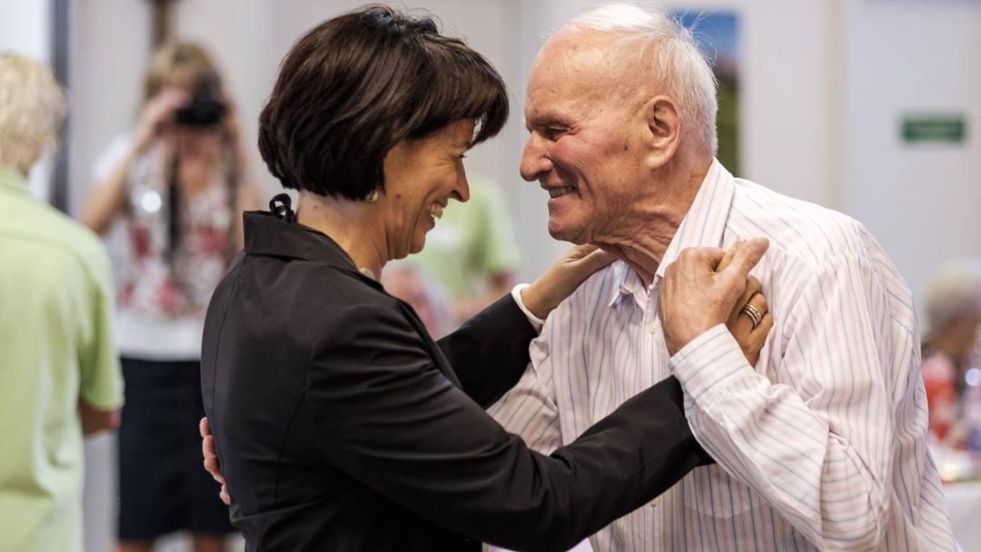 Ein Tänzchen mit der Bundesrätin: Doris Leuthard auf 1.-August-Besuch im Alters- und Pflegeheim «Pfauen» in Bad Zurzach.
