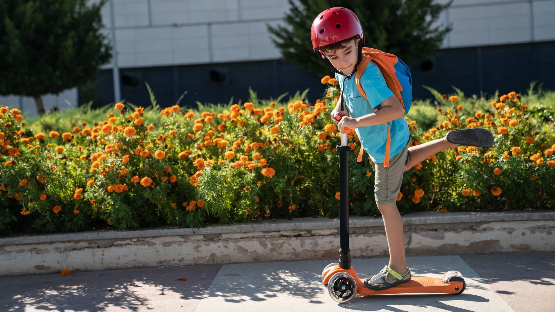 Kickboard Knabe Schule Schulweg Schüler Trottinett