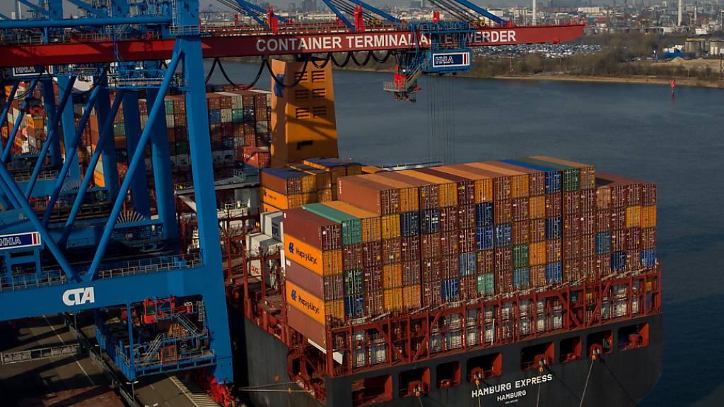 Deutschlands Exporte sind im August nach zuvor 15 Monaten mit Wachstum gesunken. Belastet haben die weltweiten Materialengpässe und Lieferkettenprobleme.(Archivbild)