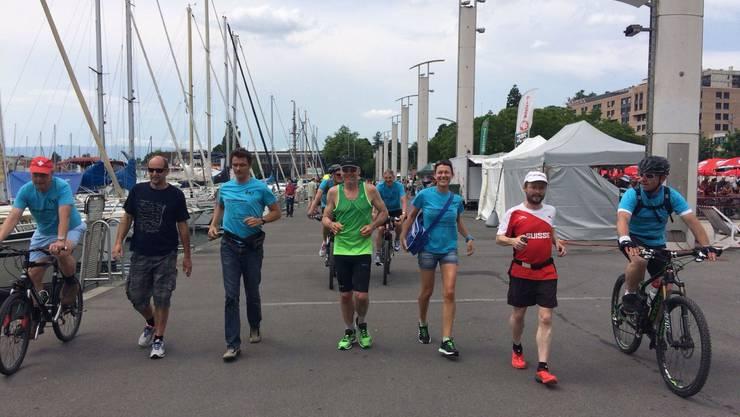 Simon Schmid läuft im Ziel in Lausanne mit seinen Begleitern ein