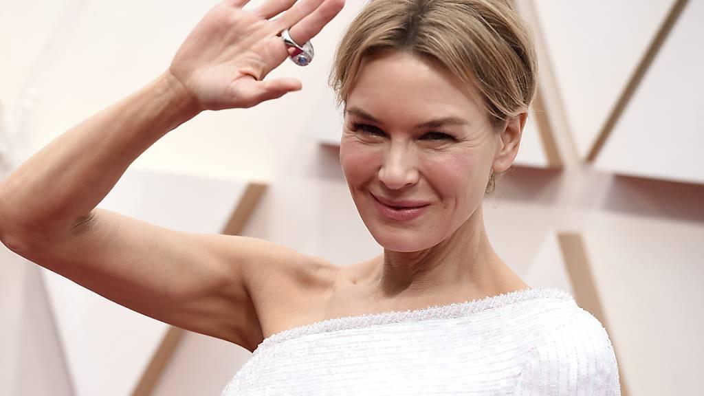 Die Schauspielerin Renée Zellweger schreitet auf dem roten Teppich zur Oscar-Gala.
