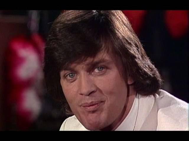 Er fährt besser Ski als er singt, aber immerhin: Bernhard Russi gibt «Winter isch kei Winter ohni Schnee» zum Besten. Aus der Sendung «Zum doppelten Engel» (31.12.1978).