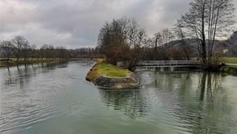 Geht es nach den Plänen der Eniwa AG, soll der Mitteldamm in der Aare bei Erlinsbach abgerissen werden.