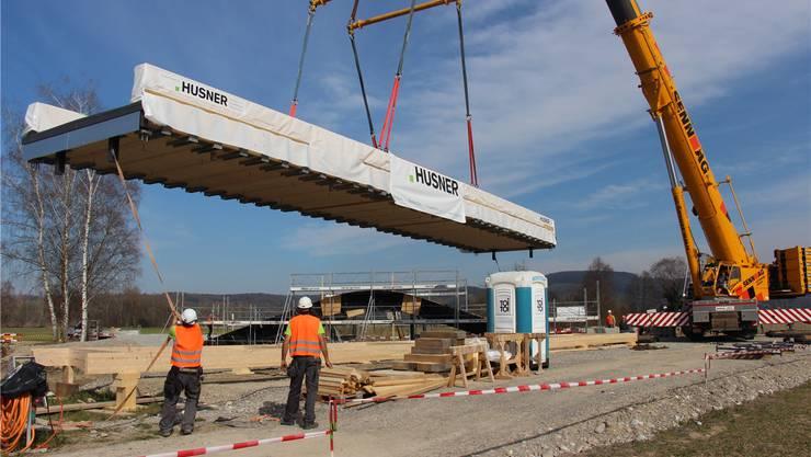 Die Brücke in der Rietheimer Aue Chly Rhy wird installiert.