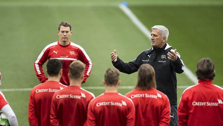 Der Schweizer Nationalcoach Vladimir Petkovic bespricht die Taktik mit seiner Mannschaft. (Archivbild)