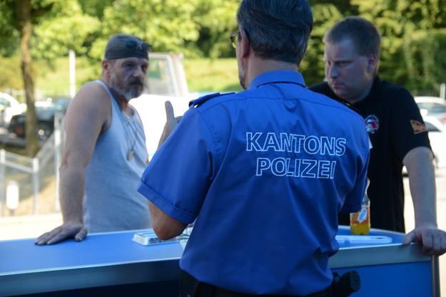 «Die andere Seite kennen lernen»: Ruedi Scherer, Chef Mobile Einsatzpolizei, spricht mit einem Chauffeur und einem Routier.