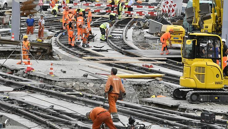 Von der boomenden Baubranche in der Schweiz bekommen die Bauarbeiter wenig zu spüren. Seit 2014 stehen die Löhne der Bauarbeiter still. (Archiv)