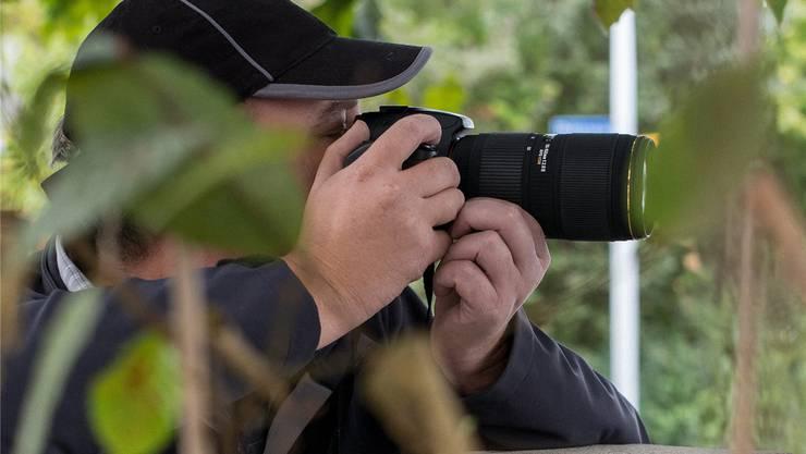Unter Observation wird das gezielte Beobachten von Personen ohne deren Wissen verstanden. Zürcher Sozialdetektiven ist es zurzeit untersagt.Symbolbild/Kenneth Nars