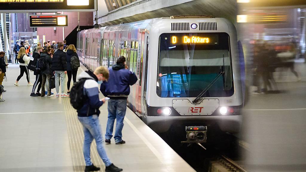 ARCHIV - Eine Metro fährt in den Bahnhof Leuvenhaven in Rotterdam ein. Foto: Soeren Stache/dpa-Zentralbild/dpa