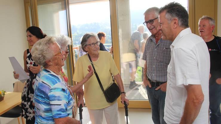 Trudi Holliger (92, in gelb) ist mit ihren Söhnen gekommen.