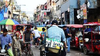 Gute Bremsen, eine gute Klingel und viel Glück braucht man im indischen Strassenverkehr (im Bild die Gassen von Alt-Delhi). Doch manchmal reicht das nicht: Jährlich sterben auf Indiens Strassen knapp 150000 Menschen.