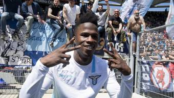 Lazio-Roms Doppel-Torschütze Keita Baldé feiert mit den Tifosi den Derby-Sieg