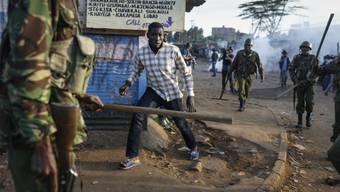 Auch die Wiederholung der Präsidentschaftswahl in Kenia war von Gewalt begleitet: Im Kawangware Slum bei Nairobi umzingeln Polizisten einen Anhänger der Opposition. Aber auch die Regierungsgegner gingen gewaltsam gegen die Sicherheitskräfte vor.