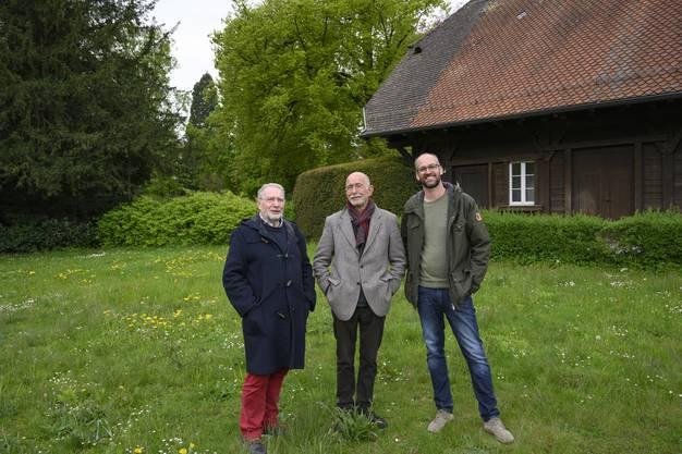 Giuseppe Domeniconi, Lieni Fueter und Georg Gindely (v.l.) vor dem Gärtnerhaus, das der Quartierverein erhalten und öffentlich zugänglich machen möchte.