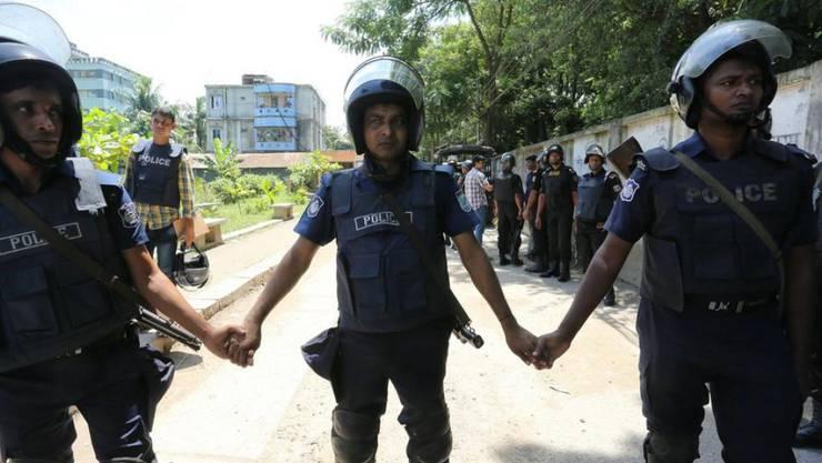 Polizisten in einem Vorort der Hauptstadt Dhaka, wo bei einem Polizeieinsatz unter anderem der mutmassliche Drahtzieher des Blutbads in einem bei Ausländern beliebten Café Anfang Juli erschossen wurde