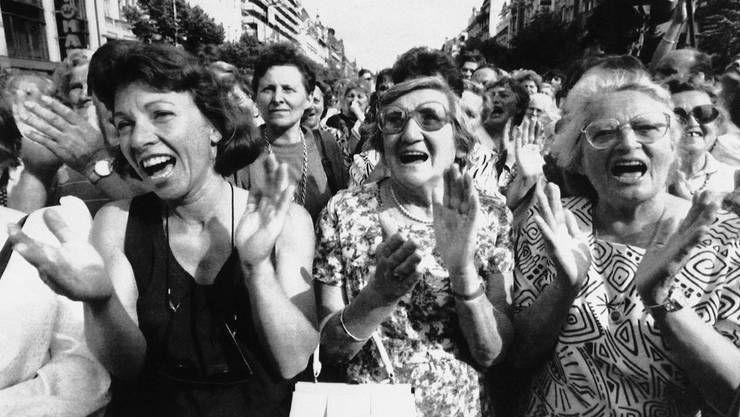 Demonstrantinnen in Prag freuen sich 1992 über die Aufspaltung der Tschechoslowakei.