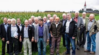 Paul Wirth (Dritter von links), hat seine Schulkameraden von einst nach 50 Jahren zur Klassenzusammenkunft geladen. Von den 25 Ehemaligen fehlten am Treffen nur wenige.