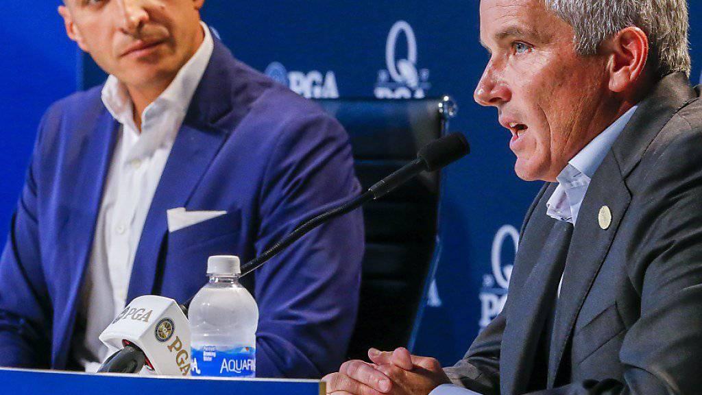 PGA-CEO Pete Bevacqua (links) und Tour-Commissioner Jay Monahan bestätigten an der Pressekonferenz die Verlegung der PGA Championship