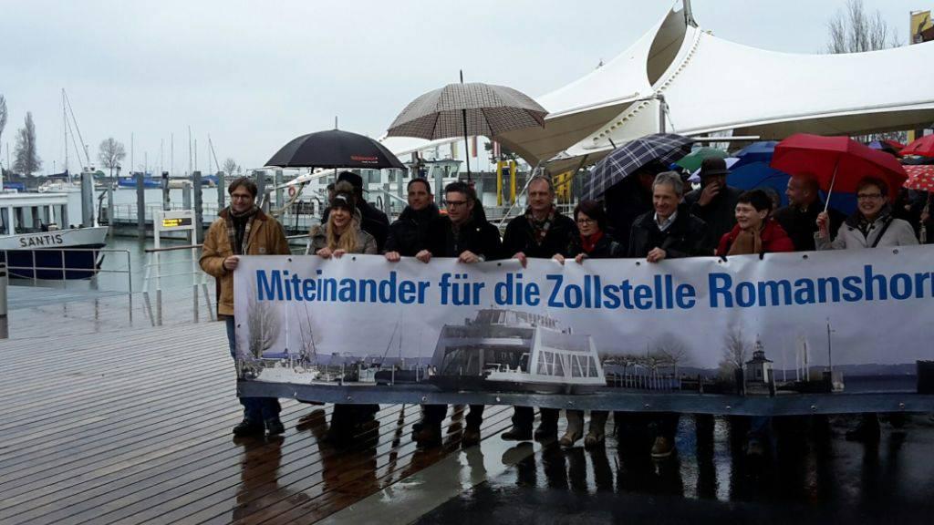 Rund 150 Personen protestieren am Samstag in Romanshorn TG gegen die geplante Schliessung der Zollstelle.