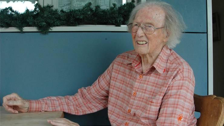 Alex Werthmüller (93) auf der Terrasse seiner Alterswohnung in Adliswil: «Dank dem grossen Unbekannten fand ich immer wieder einen Ort, wo ich meine Sorgen klagen konnte und wieder gestärkt wurde.»mts