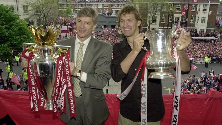 Zusammen mit Captain Tony Adams präsentiert Wenger stolz die Trophäen nach Gewinn der Meisterschaft sowie dem FA Cup.