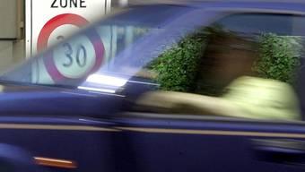 Unter Alkoholeinfluss hat sich eine 74-jährige Frau hinters Steuer gesetzt und einen Unfall gebaut (Symbolbild).