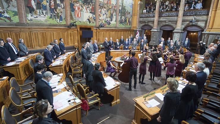 Zur Vereidigung sagen die Ständerätinnen und Ständeräte gemeinsam die Nationalhymne, begleitet von Musikern aus dem Kanton Neuenburg.