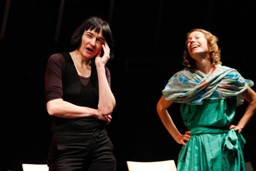 Theaterpädagogin und Regisseurin Sibylle Heiniger beim Aufwärmen in der Schauspieler-Runde