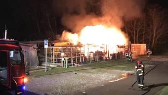 Über 10 Meter hoch reichten die Flammen am Montagabend in der Schrebergartensiedlung. Brandstiftung wird jedoch nicht vermutet.