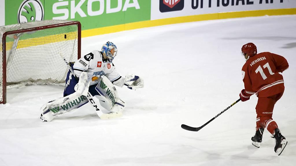 Yannick Herren (rechts) schiesst zwei Tore im Penaltyschiessen und eines innerhalb der regulären Spielzeit des Champions-League-Spiels von Lausanne gegen die Lahti Pelicans
