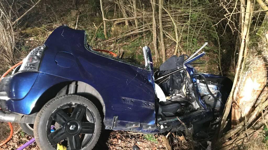 Ein 18-jähriger Autofahrer ist im Kanton Aargau in einem Bachbett gelandet und gegen einen Baum gefahren.