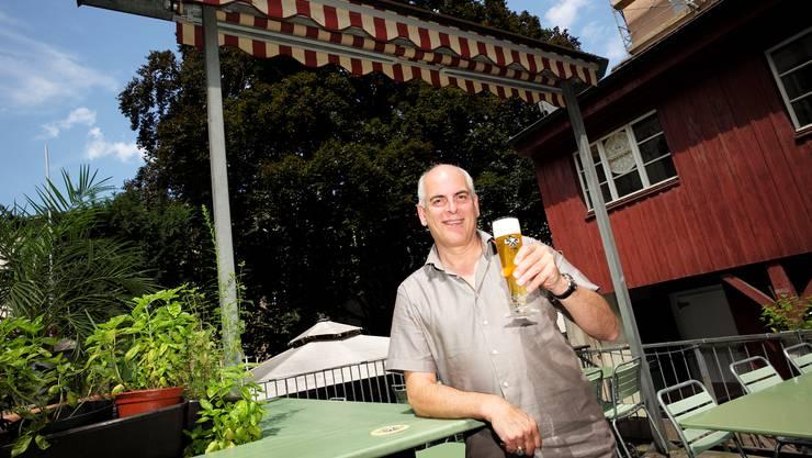 Das hauseigene Bier mit der mächtigen Blutbuche im Hintergrund. So lässt es sich gut anstossen.