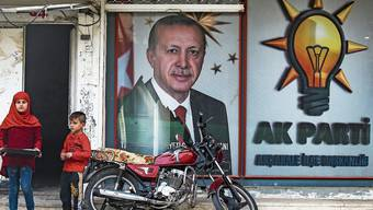Omnipräsenter Erdogan: Die AKP hat um ihren Präsidenten einen regelrechten Personenkult aufgebaut. Bild: Bild: Emrah Gurel/AP (Akcakale, 18. Oktober 2019)