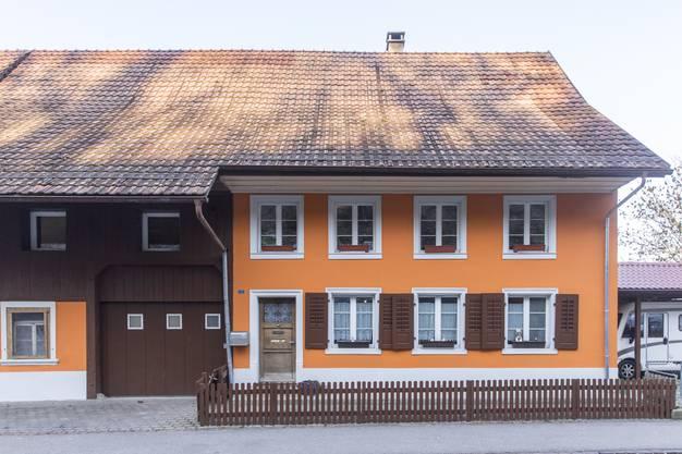 Dieses ehemalige Bauernhaus mit der leuchtend orangen Fassade steht in Kaisten.