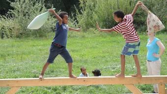 Flüchtlingskinder basteln für ihre neue Ludothek