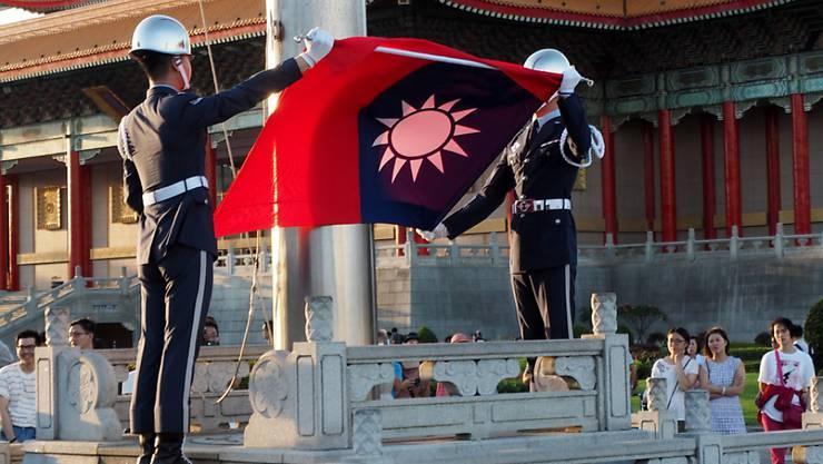 Soldaten in Taipeh holen die taiwanesische Flagge ein. (Archivbild)