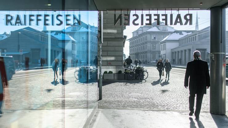 Passanten vor der Bank Raiffeisen am Limmatquai in Zürich.