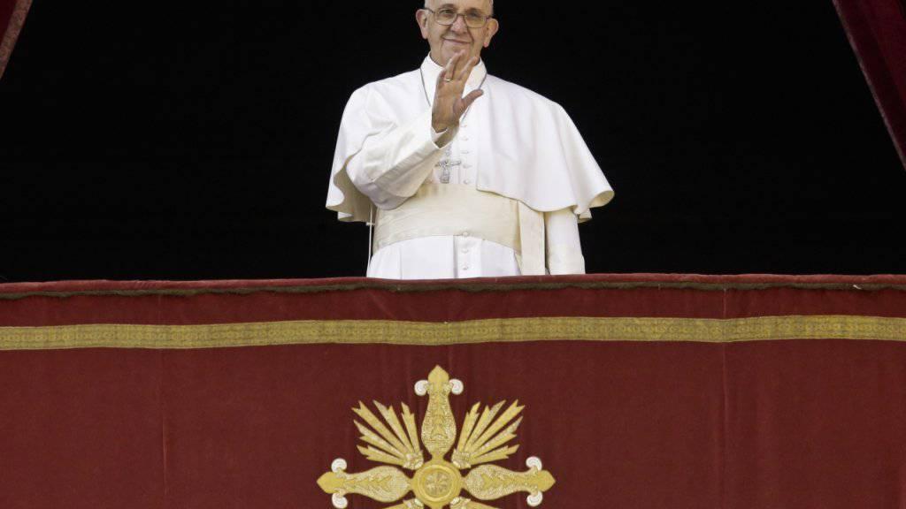 Papst Franziskus spricht von der Loggia des Petersdoms aus den traditionellen Segen «Urbi et Orbi».