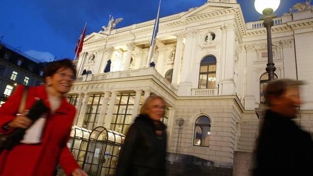 Das Zürcher Opernhaus in der Abenddämmerung (Archiv)